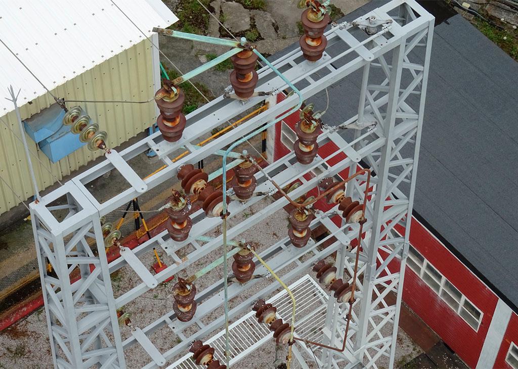 Fotografía torre eléctrica con dron