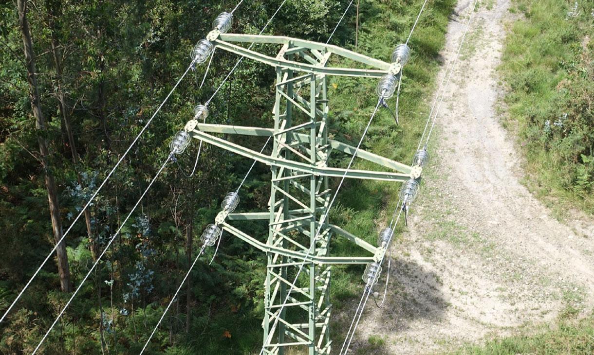 Revisión torre eléctrica con dron
